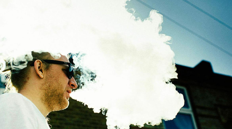 Mann-Dampft-E-Zigarette-1170x650 E-Zigaretten - Viel Geschmack oder viel Dampf - Was ist PG und VG?