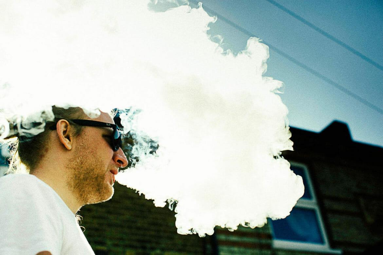 Mann-Dampft-E-Zigarette-1170x780 E-Zigaretten - Viel Geschmack oder viel Dampf - Was ist PG und VG?